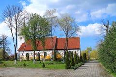Kyrkogården Hayligenvalde den kyrkliga Lutherankyrkan av St Nicholas Royaltyfri Bild
