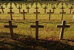 kyrkogården korsar franska soldater Arkivfoto
