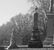 Kyrkogårdgravsten i svartvitt Royaltyfri Fotografi