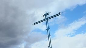 Kyrkogårdkors som glider skottet, gryningglöd för molnig himmel lager videofilmer