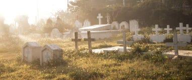 Kyrkogårdkyrkogård i morgonen Royaltyfri Fotografi