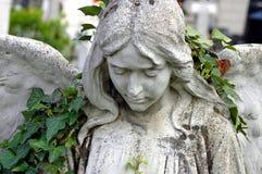 Kyrkogårdstaty av en ängel fotografering för bildbyråer