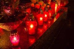 Kyrkogårdstearinljus på natten Fotografering för Bildbyråer