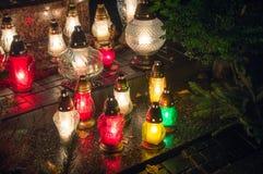 Kyrkogårdstearinljus på natten Royaltyfria Bilder