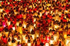 Kyrkogårdstearinljus på natten Royaltyfri Fotografi