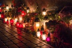 Kyrkogårdstearinljus på natten Arkivbild