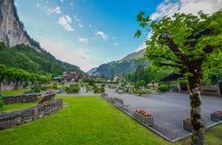 Kyrkogård i den Lauterbrunnen dalen, Schweiz Royaltyfria Bilder