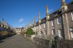Kyrkoherden stänger sig bredvid brunndomkyrkaSomerset England UK historiska stugor, hus och lampglas Arkivbild