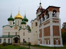 Kyrkor av den Spaso-Evfimiyevsky kloster i den Suzdal staden royaltyfri foto