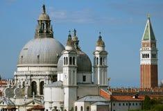 Kyrkor & Campanile i Venedig, ITALIEN Royaltyfri Foto