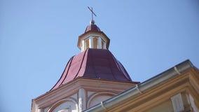 Kyrkor och hus gamla Riga, en stad i Lettland arkivfilmer