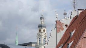 Kyrkor och hus gamla Riga, en stad i Lettland lager videofilmer