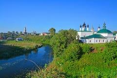 Kyrkor på floden Kamenka i den centrala delen av Suzdal, Ryssland Royaltyfria Bilder