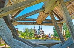Kyrkorna av Suzdal till och med trähjulet Royaltyfria Bilder