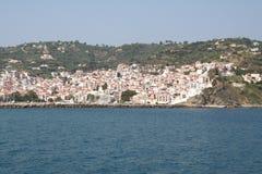 kyrktaga den grekiska hamnön som ser över skopelos in mot town Arkivbilder
