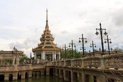 kyrktaga det thai tempelet Arkivfoton