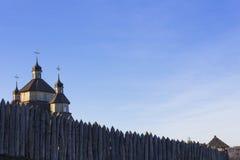 Kyrktaga i den forntida fästningen mot himlen Royaltyfria Foton