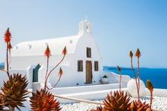 Kyrktaga i den Oia staden, vit arkitektur på den Santorini ön Arkivfoto
