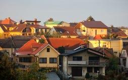 Kyrktaga i by med bergbakgrund på den dramatiska solnedgången Arkivfoton
