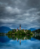 Kyrktaga i mitt av Bled sjön, Slovenien Royaltyfri Fotografi