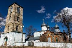 Kyrktaga med ett klockatorn i det nordvästligt av Ryssland Arkivbild