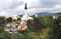 Kyrktaga och rockera, byn Branna, Tjeckien, Europa royaltyfria foton
