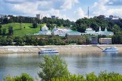 Kyrktaga på bankerna av den Oka floden n novgorod Ryssland Royaltyfri Bild