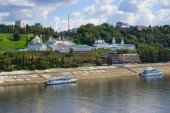 Kyrktaga på bankerna av den Oka floden Nizhny Novgorod Ryssland Royaltyfri Fotografi
