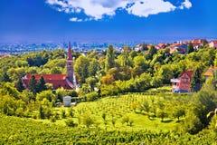 Kyrktaga på den gröna kullen ovanför kroathuvudstad Zagreb Royaltyfria Bilder