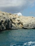 Kyrktaga på den steniga kusten av medelhavet, Cypern Royaltyfri Foto