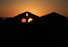 kyrktaga solnedgången Arkivfoton