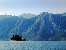 Kyrktaga vår dam av vaggar (fjärden av Kotor) Royaltyfri Fotografi