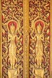 Kyrktar thailändska konster för guld- ängelband på dörr Arkivfoton