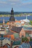 Kyrktorn av den Dumskaya domkyrkan, solig dag kan in i den gamla Rigaen latvia Royaltyfri Fotografi