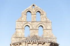 Kyrktorn av ett romanskt kapell royaltyfria foton