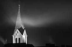 Kyrktorn i dimman på natten Royaltyfri Foto