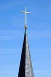Kyrktorn med det guld- korset Arkivbild