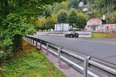 Kyselka, Tschechische Republik - 9. September 2017: Asphaltstraße 222 mit schwarzem Parkauto Opel Astra auf Parklos für touristis Lizenzfreies Stockbild
