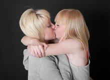 Kyss av två blondiner Royaltyfria Bilder