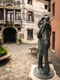 ` Kyss`en är statyn som doneras av Alpinien till staden av Bassano och, föreställer kyssen mellan ett alpint och hans älskling Royaltyfri Fotografi