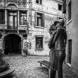 ` Kyss`en är statyn som doneras av Alpinien till staden av Bassano och, föreställer kyssen mellan ett alpint och hans älskling Arkivbild