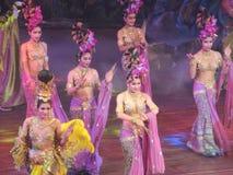 Kyss för modeller för Patayya utelivdans Royaltyfria Bilder