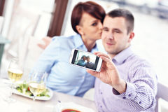 Kyss i en restaurang Royaltyfri Bild