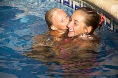 Kyss i vatten arkivfoton