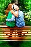 Kyss på bänk Royaltyfria Bilder