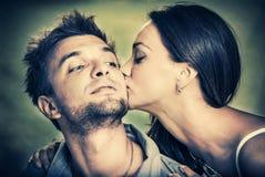 Kyss som varar fräck mot Royaltyfria Foton