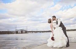 kyssa bröllop arkivfoton