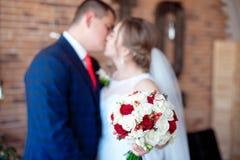 kyssa bröllop royaltyfri fotografi