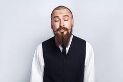 kyssa Den stiliga affärsmannen med skägg- och styremustaschen stängde ögon och att kyssa Arkivfoton
