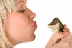 Kyssa en groda Fotografering för Bildbyråer